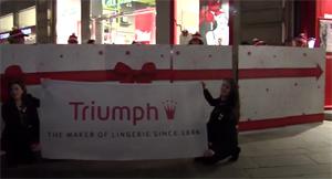 Flash Mob Milano accende il Natale di Triumph!