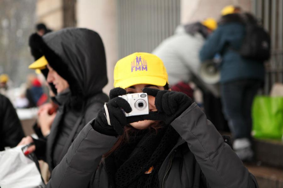 Nell'immagine: volontari durante l'evento Merry Flashmas di Flash Mob Milano all'Arco della Pace. Quest'anno si sposterà a Napoli in Piazza del Plebiscito il 15 dicembre 2018
